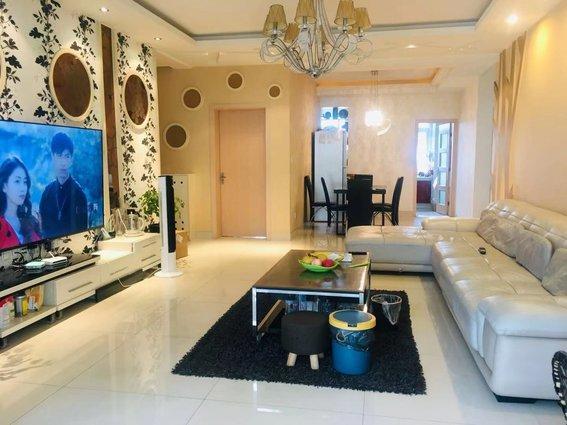 小张推介 房东急售 50多万买130多平方 市中心大三室 领包入住 家具家电齐全