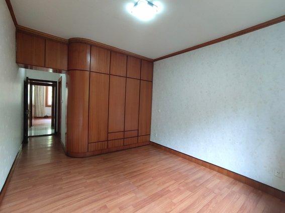 小张推介 房东急售 30多万买市中心三室简单装修 100多个平方中间楼层